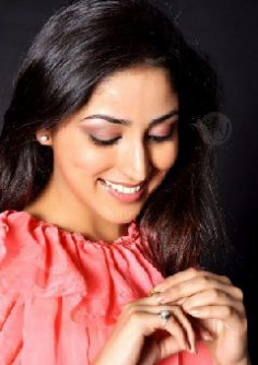 Find similar light pink eyeshadow as seen on Yami Gautam