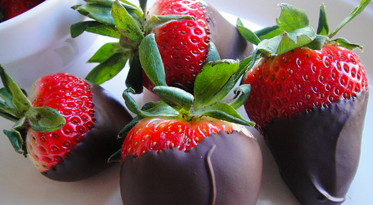 chocolate covered strawberries valentine food @TheRoyaleIndia