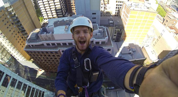 ti fai i selfie sul lavoro? puoi essere licenziato