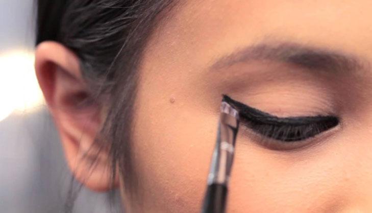 angled brush applying eyeliner @TheRoyaleIndia
