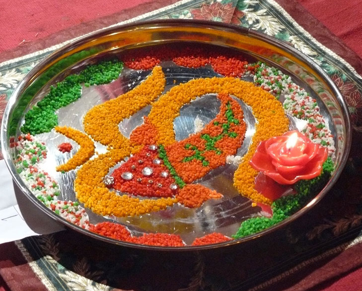 Creative ganpati decoration ideas for home the royale for Aarti thali decoration with flowers