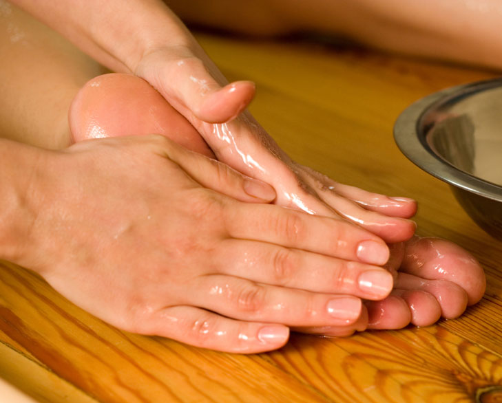 oil massage foot @TheRoyaleIndia