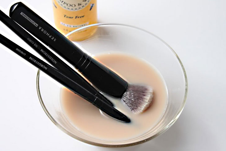 cleanse makeup brush baking soda @TheRoyaleIndia