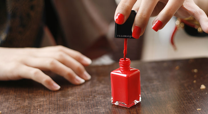 Apply dark nail paint holi