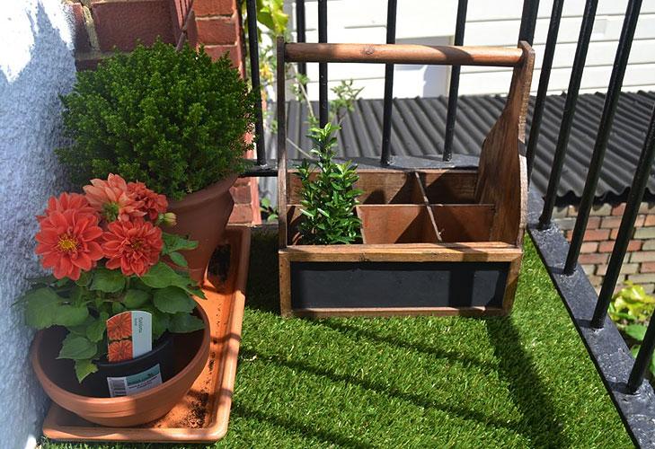 Balcony garden tips the royale for Balcony artificial grass